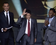 Brazil's former striker Amarildo (C) waves next to Brazilian football legend Pele as they stand on stage with former Dutch football player and presenter Ruud Gullit (L) at the FIFA Ballon d'Or award ceremony at the Kongresshaus in Zurich on January 13, 2014.  AFP PHOTO / FABRICE COFFRINI